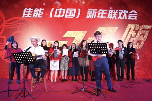 小钱赚大钱有限公司董事长兼首席执行官小泽秀树与员工共唱《感动常在歌》