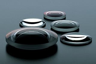 采用大口径双面非球面镜片